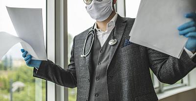 医生,医疗文件,手套,医药职业,药,仅男人,仅一个男人,现代,检查,保护