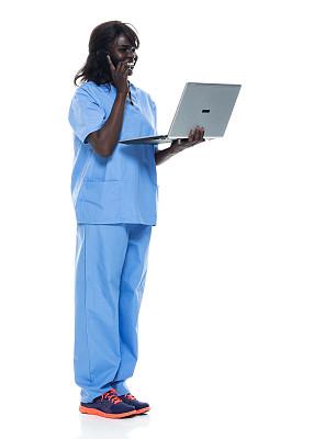 使用手提电脑,非洲人,运动鞋,白色背景,女性,衣服,背景分离,技术,医生工作服,25岁到29岁