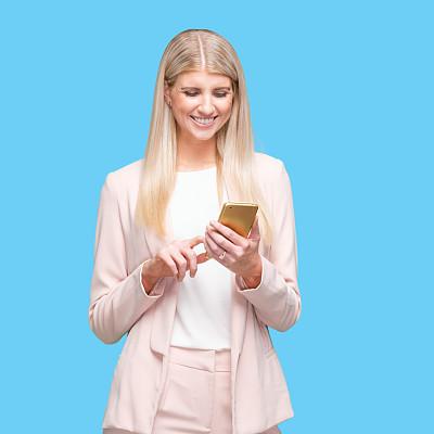 正装,女商人,手机,女性,衣服,白色人种,电子邮件,站,从容态度,拿着