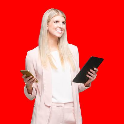 正装,触摸屏,女商人,女性,彩色背景,白色人种,衣服,技术,站,红色背景