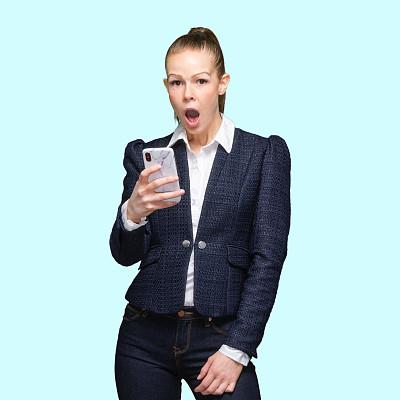 彩色背景,智能手机,牛仔裤,z世代,女性,衣服,电子邮件,彩色运动茄克,背景分离,裤子
