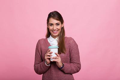 青年女人,自然美,咖啡,纯净,咖啡杯,彩色背景,肖像,现代,成年学生,影棚拍摄