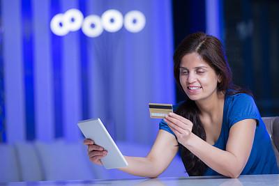 在家购物,脐钉,股票,永远,侧面视角,周末活动,技术,椅子,拿着,住宅内部