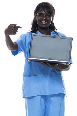 非洲人,使用手提电脑,运动鞋,女性,白色背景,衣服,背景分离,肖像,技术,医生工作服