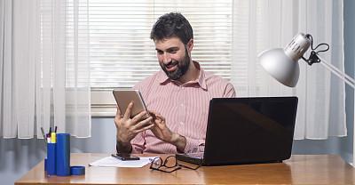 笔记本电脑,住宅内部,男商人,手机,股票,仅男人,技术,仅一个男人,商业金融和工业,使用电脑