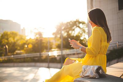 女人,互联网,人,休闲装,白人,电话机,户外,生活方式,技术