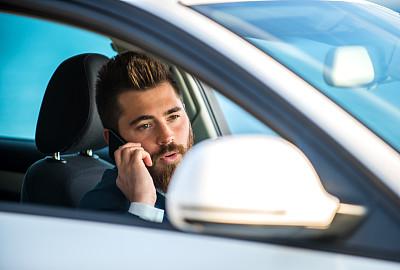 男商人,手机,汽车,背面视角,仅男人,技术,仅一个男人,商业金融和工业,拿着,私人司机