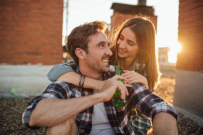 啤酒瓶,女人,男人,拿着,热情,浪漫,逃避现实,院子,户外