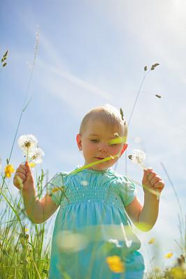 日光,幸福,白昼,一个物体,幼儿,草,儿童,户外,地形,田地