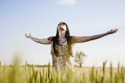 手臂,向上看,青年女人,举起手,环境保护,草,人,白人,简单生活,伸出