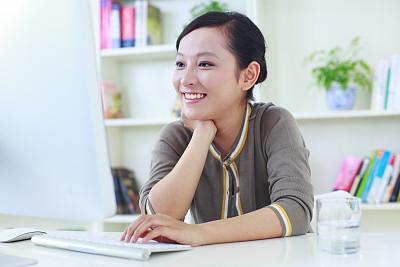 网上冲浪,青年女人,幸福,住宅内部,真实的人,计算机,一个人,技术,沟通,坐