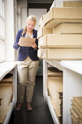 检查表,专门技术,专业人员,一个人,女人,板条箱,金色头发,盒子,仅女人,仅一个女人