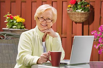 老年人,女人,使用电脑,活力,电子邮件,肖像,技术,园林,忙碌,户外