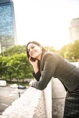 女商人,都市风光,专门技术,人,市区,白人,20到29岁,电话机,打电话,工作