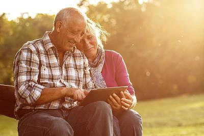 公园,老年伴侣,互联网,异性恋,中老年人,休闲追求,人,中老年女人,白人,退休