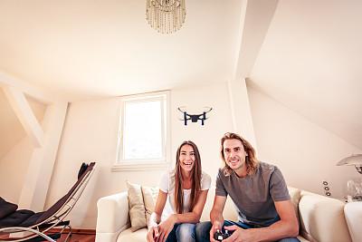 小的,无人机,进行中,青年伴侣,玩具,技术,现代,住宅内部,坐