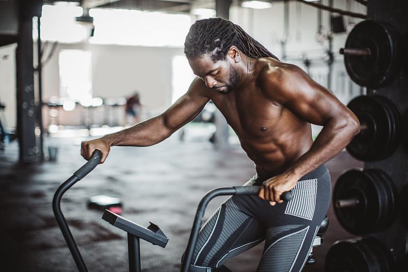 活力,周末活动,运动,自我完善,仅男人,25岁到29岁,仅一个男人,健身车,健身器械,健身俱乐部