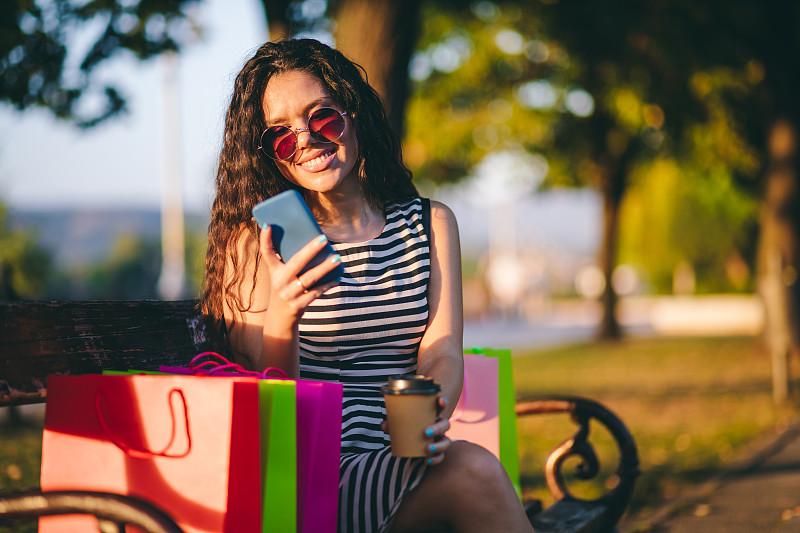 公园,草坪,周末活动,咖啡杯,盘着腿坐,技术,公园长椅,拿着,户外