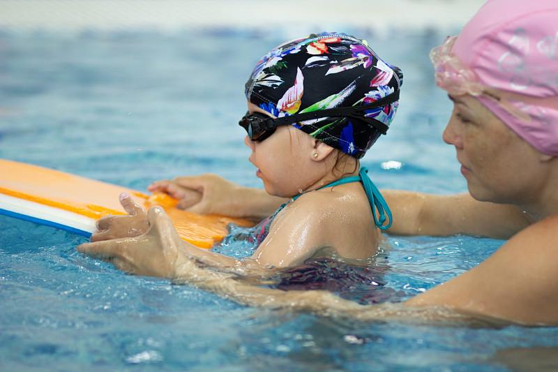 母亲,女孩,游泳池,充气筏,黑板,休闲游戏,运动,技能,泳装,设备用品