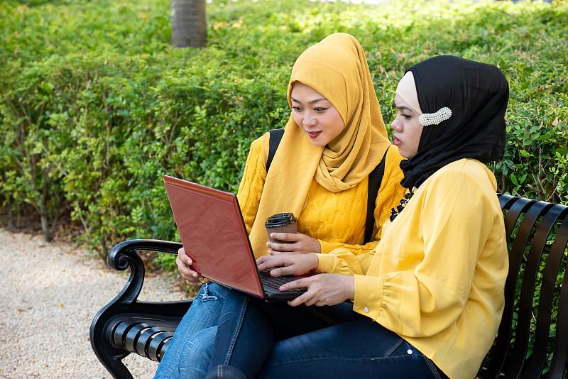 使用手提电脑,两个人,女人,青年人,派克大街,肖像,技术,户外,仅女人,马来西亚