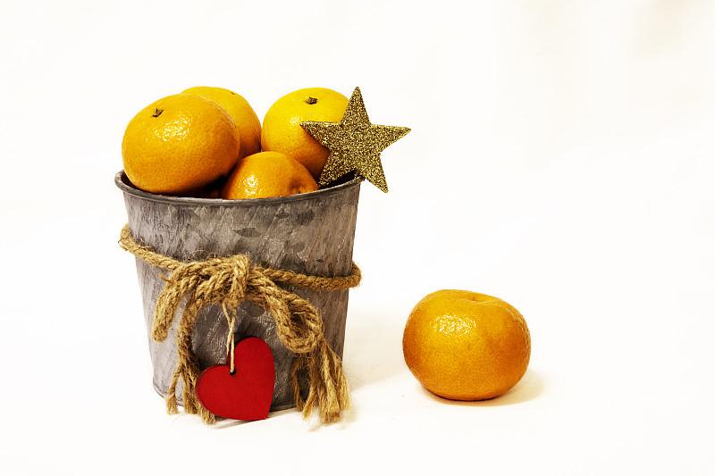 大桶,桔子,背景分离,熟的,拿着,乡村风格,水果,木制,幸福,白色
