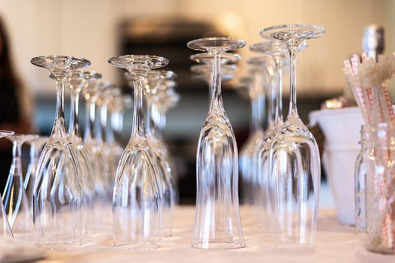 香槟杯,桌子,饮料,含酒精饮料,请柬,含羞草酒,社交聚会,玻璃杯,婚礼,餐馆