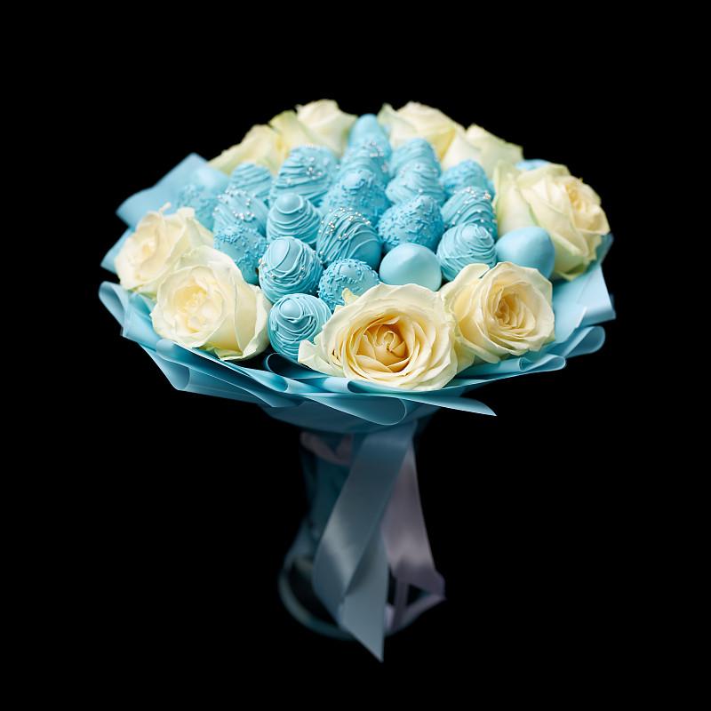 巧克力,玫瑰,草莓,熟的,白色,花束,黑色背景,蓝色,个性,有包装的