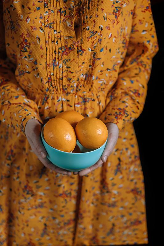 盘子,熟的,柠檬,拿着,羊毛帽,衣服,蓝色,平衡折角灯,橙子,叉腰