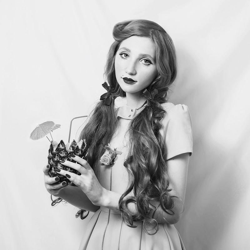 连衣裙,单色调,艺术,手,黑白图片,菠萝,明亮,奇异的,长发,白色背景