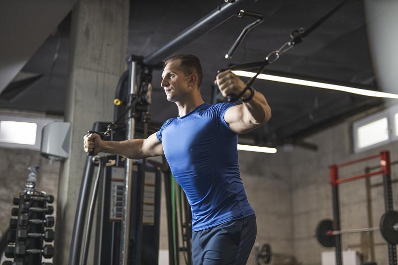 男人,电缆,健身俱乐部,锻炼,男性美,正下方视角,运动竞赛,活力,中老年男人,运动