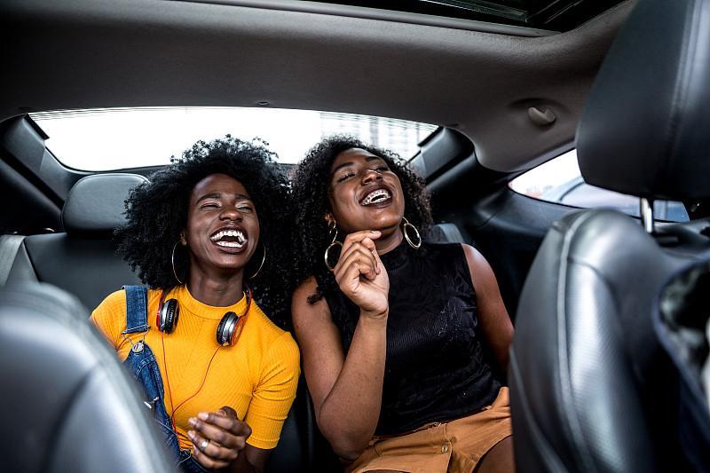 汽车,乐趣,女孩,耳麦,肖像,一个人,从容态度,人种,女人,青年女人