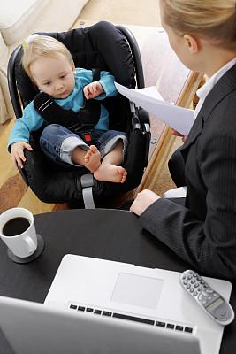 女商人,婴儿,家庭办公,过肩视角,垂直画幅,图像,现代,青年人,专业人员,彩色图片