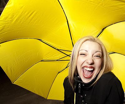 女人,伞,黄色,正面视角,留白,套装,仅成年人,青年人,彩色图片,信心