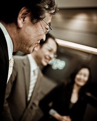 商务会议,垂直画幅,东亚,商务关系,30岁到34岁,男性,仅成年人,眼镜,日本人,彩色图片