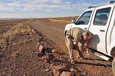 轮胎,荒野公路,漏气轮胎,汽车起重机,汽车抛锚,水平画幅,陆用车,旅行者,户外,皮卡车