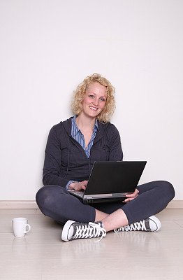 女人,笔记本电脑,紧身裤,垂直画幅,30岁到34岁,图像,仅成年人,现代,青年人,彩色图片