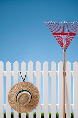 尖栅栏,耙子,帽子,红色,垂直画幅,正面视角,天空,留白,草帽,郊区