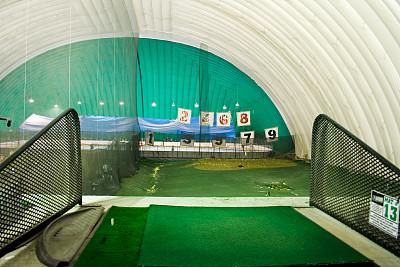 高尔夫练习场,货摊,摄像机拍摄角度,开球,圆顶帐篷,高尔夫球运动,传统运动,水平画幅,圆顶建筑,室内