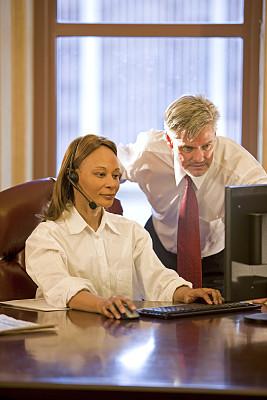办公室,两个人,商务人士,丹佛,垂直画幅,电子邮件,努力,套装,非裔美国人,男商人