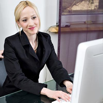 女商人,笔记本电脑,办公室,白人,仅成年人,青年人,彩色图片,仅一个青年女人,技术,计算机