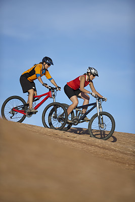 摩押,犹他,女人,两个人,山地自行车运动,滑石小道,自行车头盔,垂直画幅,天空,夏天