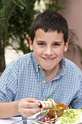 男孩,墨西哥食物,白色人种,墨西哥肉卷,鸡肉玉米饼,牛肉玉米饼,玉米饼,假笑,垂直画幅,正面视角