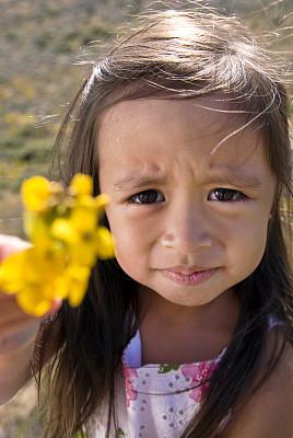 仅一朵花,太阳裙,垂直画幅,选择对焦,学龄前,美人,夏天,户外,青春期前儿童,图像