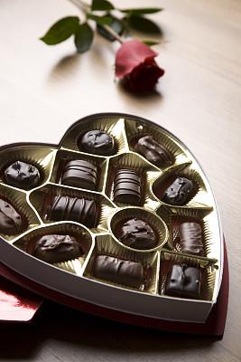 单茎玫瑰,巧克力糖,垂直画幅,选择对焦,留白,褐色,黄金,桌子,木制,无人