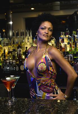非洲及加勒比海人,调酒师,海地人,东印度人,克里奥尔人,古巴人,女招待,假笑,垂直画幅,晒黑