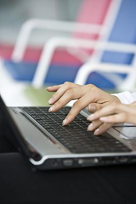 使用手提电脑,垂直画幅,电子邮件,忙碌,销售职位,电子商务,仅成年人,青年人,专业人员,技术