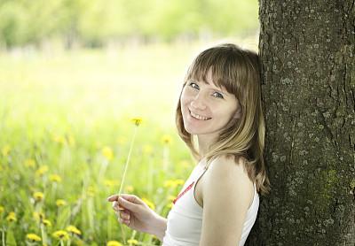 仅一朵花,蒲公英,青年女人,春天,运动模糊,背景聚焦,拿着,选择对焦,留白,俄罗斯人