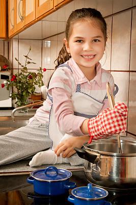 厨房,母亲,垂直画幅,住宅房间,幸福,女儿,家庭生活,锅,女孩,室内