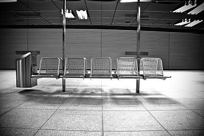 长椅,地铁月台,火车站站台,水平画幅,无人,黑白图片,金属,铁路运输,多车道公路,车站月台