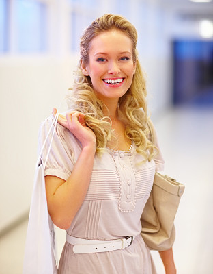 青年女人,幸福,购物袋,零钱包,垂直画幅,正面视角,半身像,休闲活动,顾客,仅成年人